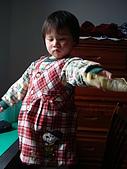 這件洋裝多麼適合柔柔啊~:拿去~小阿姨,給我收起來