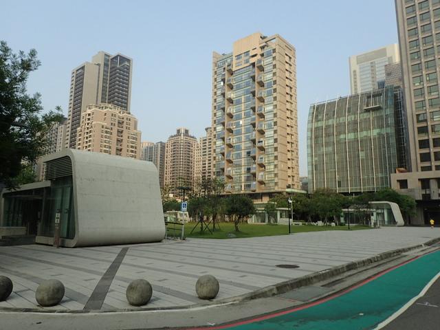 P5127432.JPG - 台中  新市政大樓  晨光