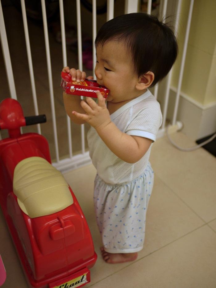 a101.JPG - [10M & 3Y7M] 品樺十個月.開始玩玩具