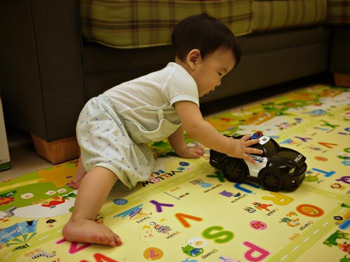 a102.JPG - [10M & 3Y7M] 品樺十個月.開始玩玩具