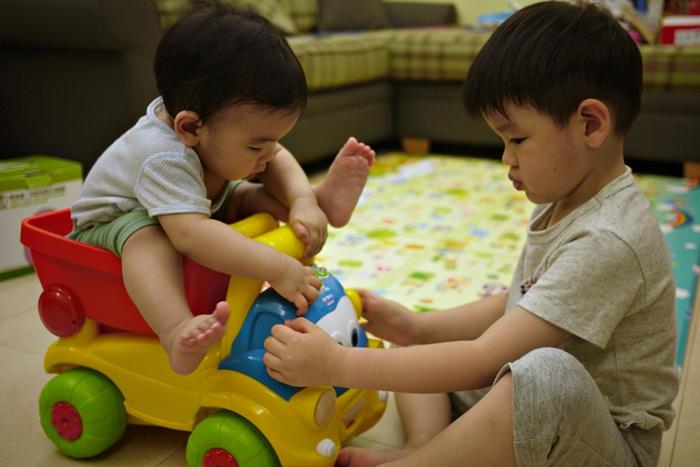 a146.JPG - [10M & 3Y7M] 品樺十個月.開始玩玩具
