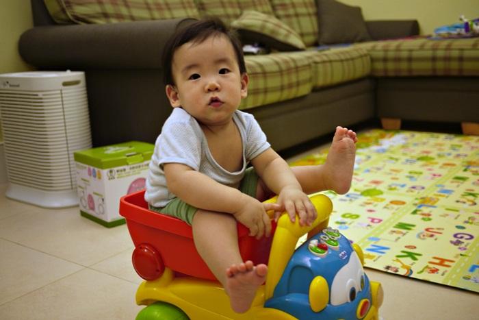 a148.JPG - [10M & 3Y7M] 品樺十個月.開始玩玩具