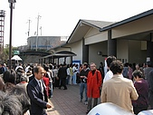 20080404日本關西櫻花滿開遊:天ㄚ!休息站如此多人在排隊上廁所--奇觀