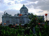 有認真的曼谷遊~DAY 4 5 6 :往大理石佛寺途中經泰國國會大廈~ 周遭因黃衫軍抗議而有很多維安警察