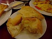 擁擠又吵雜的河內遊:越南的法國麵包整個鬆軟~比我想像中還要好吃