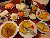 擁擠又吵雜的河內遊:這家飯店的早餐是任你點的~整桌滿滿的超享受!!