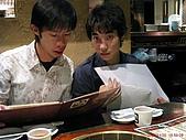 97.11.30 牛角日式燒烤 & 東區半日遊:超可愛的日本男孩(被發現我偷拍他了~)