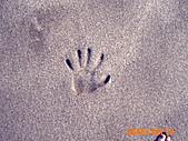 20319503/0922)) _ 海邊,八里:我的手好小?