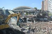 105 學年度相關照片:1051120-1 豐原舊火車站主體動工拆除 民眾拍照留念1.jpg