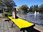 2010 六福村:Emma一進來就坐在這看風景。
