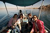 2006埃及之旅第四天:015四位美女與船伕.jpg