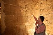 2006埃及之旅第四天:022古達努力的解說石壁故事.jpg