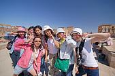 2006埃及之旅第四天:033斐萊神殿前可愛的7美人.jpg