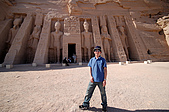 2006埃及之旅第四天:054西瓜與小神殿合影.jpg