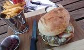 西澳。Port Denison:8 傳說中全西澳最棒的牛排堡之真面目:一個堡、一桶薯條、一碟甜菜根泥、一碟大蒜醋蛋黃醬= $22 AUD.jpg