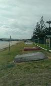 西澳。Port Denison:15 排列著的小船曬在草地上很是有趣、那天風大又灰暗的天氣.jpg