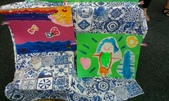 Art Night:3. 用美麗的桌巾襯出孩子們鮮豔色彩的畫作,整個就是很美.jpg
