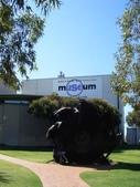 西澳。Geraldton:6來去Museum逛逛,前方有個大車輪.jpg