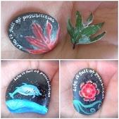 彩繪石頭 Rock Paintings:4-3. 花(自愛)、夜裡的跳躍海豚(自由)、楓葉(自然).jpg