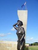 西澳。Geraldton:12「等待的女人」和其身後的長標註.jpg