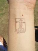 西澳。Balingup:2 連參加田野小農莊日的蓋印都是稻草人圖示(是的,那是我的左手,有一顆我戲稱為自殺的「割腕痣」).jpg