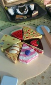 彩繪石頭 Rock Paintings:兒童木製玩具的披薩小盤上則放滿了三角彩繪石,小孩子們很喜歡拿披薩刀假裝切,糕點上可分離式的水果和冰淇淋也