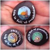 彩繪石頭 Rock Paintings:4-1. 夕陽中的帆船正駛向未來的希望,月亮與樹是平和之美,精靈屋則是奇妙的象徵,還多畫了小香菇來代表駱文(哈哈