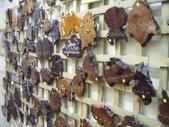 西澳。Balingup:20 樹木切片木製掛鐘及鑰匙掛,有幾個裁切成澳洲大陸的形狀.jpg