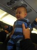 Kids:4 飛機上的小蓋瑞,耳壓的疼痛不見了,笑得很開心~.jpg