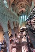 201702荷比冰之旅:馬斯垂克天堂書店簡潔的現代書架與古典的建築相映成趣.JPG