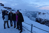 201702荷比冰之旅:冰島金環古佛斯黃金瀑布與導遊合照.JPG