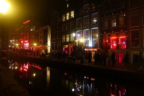 阿姆斯特丹紅燈區櫥窗女郎搔首弄姿招攬顧客.JPG - 201702荷比冰之旅
