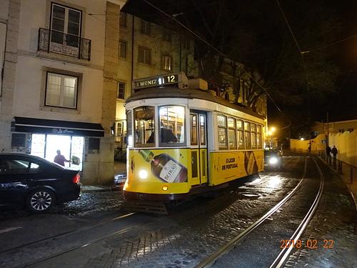 里斯本亮黃色老電車行駛在舊城區.JPG - 201802葡萄牙藍瓷10天