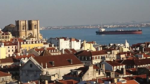 里斯本聖胡斯塔升降機觀景台遠眺主教堂及太加斯河.JPG - 201802葡萄牙藍瓷10天