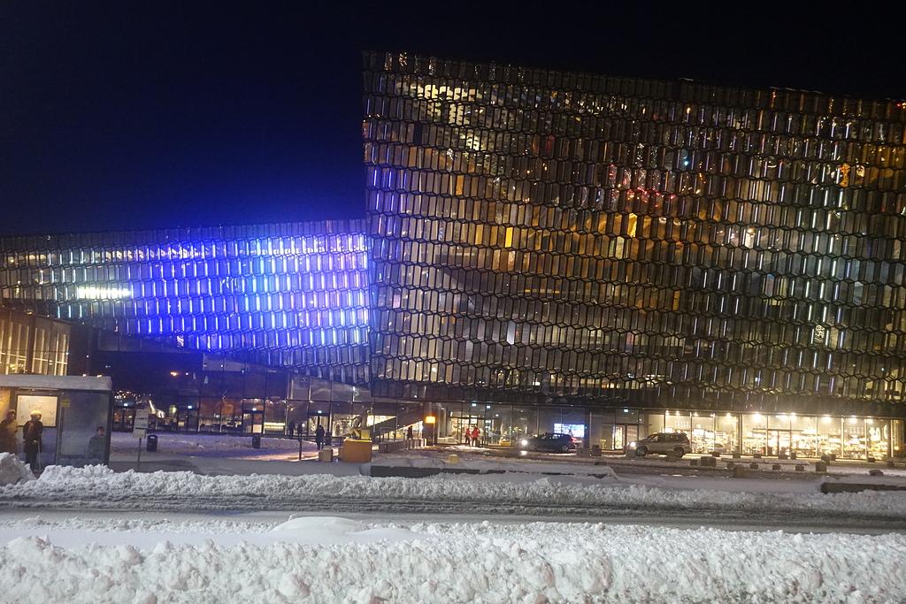 201702荷比冰之旅:雷克雅維克哈帕音樂廳和會議中心七彩燈光秀夜景.JPG