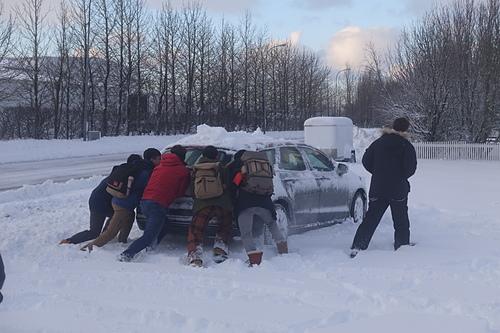 霍爾斯沃德呂爾 Hotel Hvolsvollur 大家來鏟雪推車.JPG - 201702荷比冰之旅