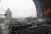 201702荷比冰之旅:鹿特丹Markthal 市集廣場可以從外面直接透視室內拱型牆上的大型壁畫.JPG