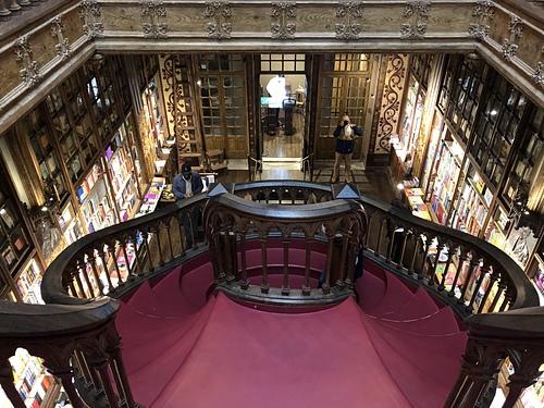 波多萊羅書店火焰紅的曲線旋轉樓梯.jpg - 201802葡萄牙藍瓷10天
