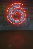201702荷比冰之旅:庫勒慕勒美術館觀念藝術家柯蘇斯的霓虹燈文字符碼.JPG