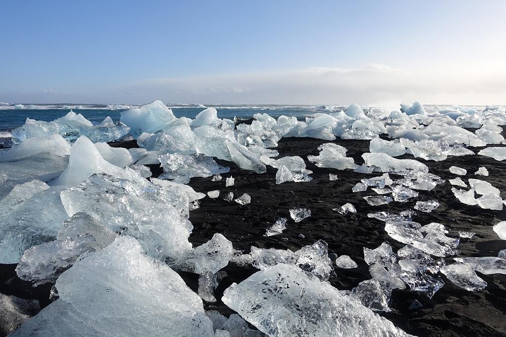 201702荷比冰之旅:鑽石黑沙灘火山岩的細黑砂配終年不融化的白冰塊.JPG
