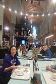 201702荷比冰之旅:馬斯垂克天堂書店光線自然的灑落,坐在其中周圍隱隱絮語伴隨著咖啡香書香.JPG