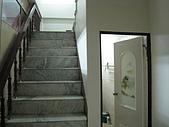 吉屋出租:樓梯和1樓衛浴
