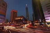 世貿101天橋夜拍 (首次用星跡圖軟體疊圖) +華納2人怪怪組:Startrails 1+2+3.jpg 由3張圖一起疊成的終極版合成圖