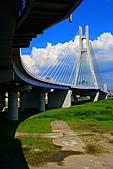 三重幸福水漾公園 + 新北橋 騎車去:0022.JPG 終於騎到橋的這一邊了...離新北橋只有幾分鐘路程喔 (藍天白雲喔)
