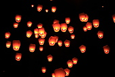 2011-02-06 平溪天燈_菁桐國小篇(天燈冉冉起飛):天燈30.JPG 好像天空高掛無數個..點燃的小蠟燭