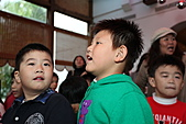 2010 花鹿班同學會聖誕趴之團體遊戲篇(上傳完畢):IMG_1617b.JPG紅衣小男生...5元掉了而已,別難過一整天嘛~!! 來...叔叔給你...乖~!!