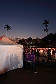 2011-02-06 平溪天燈_菁桐國小篇(天燈冉冉起飛):天燈9.JPG 左邊白色帳篷是放置600個免費提供民眾施放的位置,有工作人員顧著呢~!