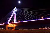新北橋 中秋夜拍+爆胎之旅(1024大圖盡情欣賞喔):新北橋-12.JPG角度關係看似橋身傾斜,實際地面水平則是平穩的