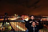 關渡橋夜拍 之2人神秘客瞎扯淡:IMG_8523.JPG 這是童子拜觀音..還是2個肖仔 疊疊樂 ~!!