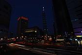 世貿101天橋夜拍 (首次用星跡圖軟體疊圖) +華納2人怪怪組:STAR-101-3.JPG 再拍...快門線還是秀斗~! 自動幫我收快門...唉呀 ~副廠的快門線真是兩光啊